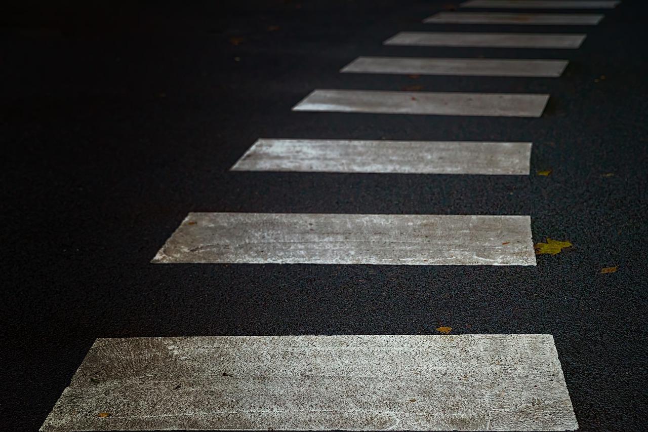 Bądź bezpieczny podczas przechodzenia przez jezdnię